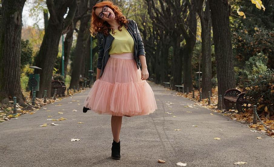 Mujer con falda posando