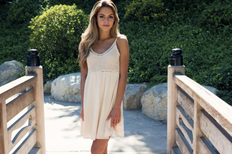 Mujer posando con vestido corto